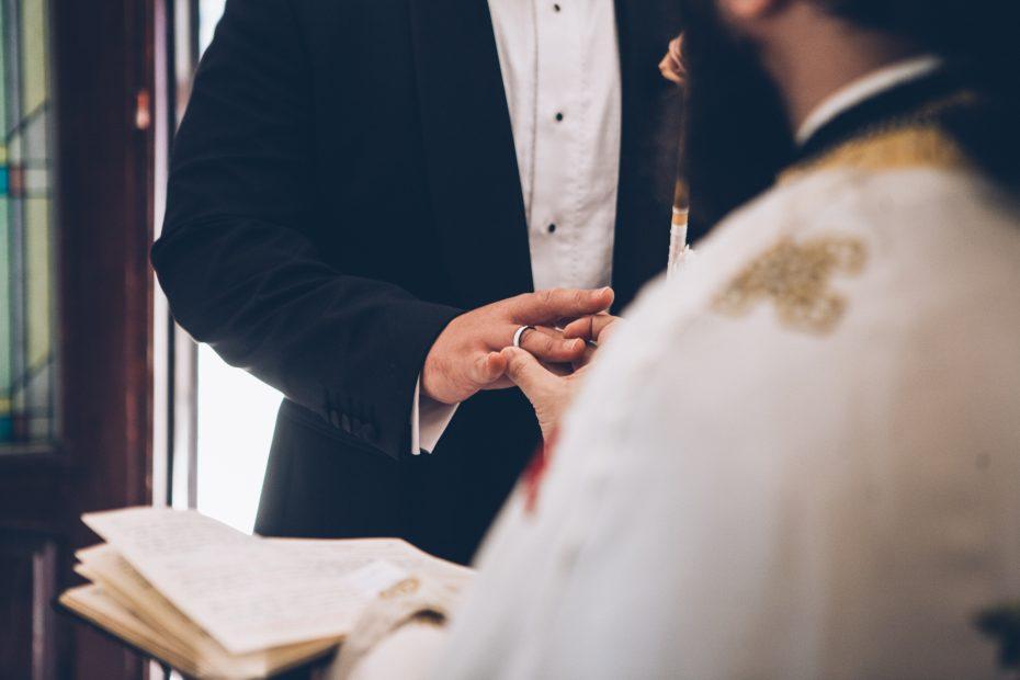 младоженец с халка в църква