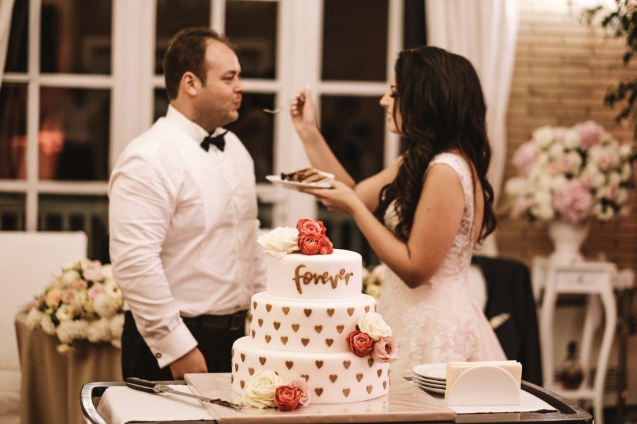 какво ядат булките булка и младеженец със сватбена торта на сватба